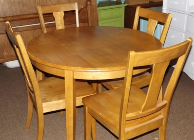 Round Table and 4 chairs in light honey color
